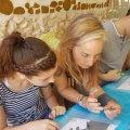 איה במהלך סדנאות יצירה ועשייה לילדים