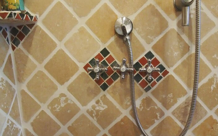 עיצוב חדרי אמבטיה ושירותים קטנים עם פסיפס